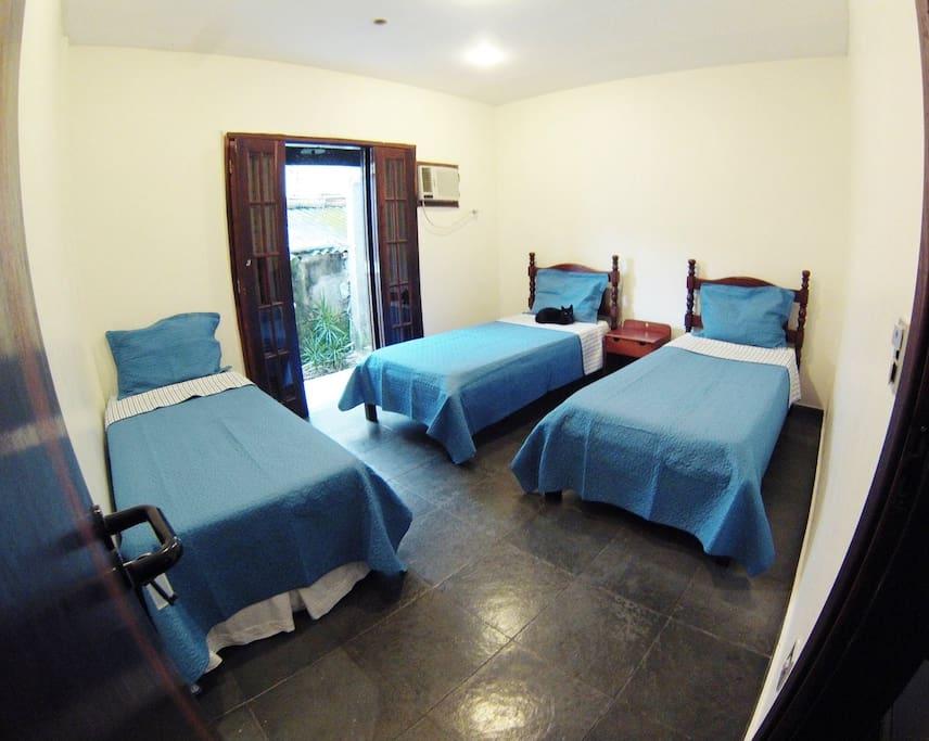Dormitório 2: 3 camas + ar condicionado / Dorm 2: 3 beds + air conditioner