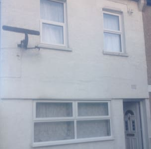 Welcoming  house close to amenities - Erith