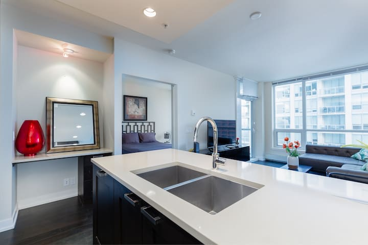 Modern Spacious Waterfront Condo Downtown Calgary