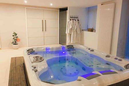 Logement avec spa privatif intérieur et piscine