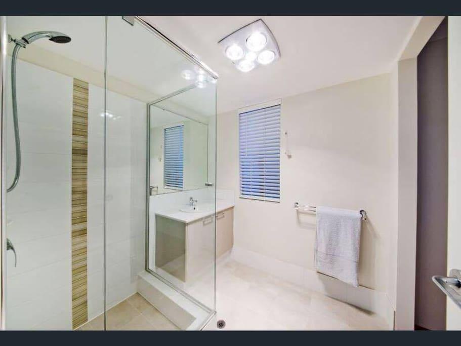 Master bedroom ensuite (downstairs bathroom)