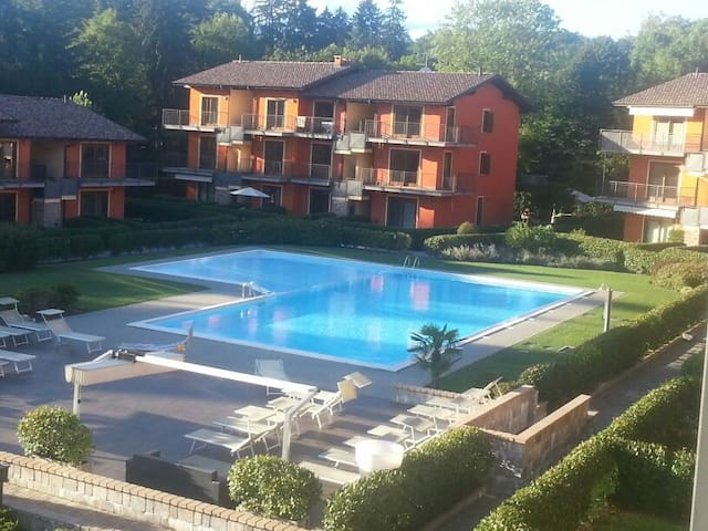 At the lake with swimming pool and private garden - Leggiuno - Lejlighed