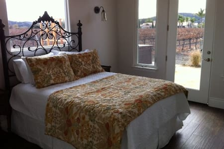 Our newly constructed casita is surrounded by about 4 acres of Pinot Noir grapes. Each of the two bedrooms has killer views and its own attached bathroom. Enjoy a stroll through the vineyard or take a soak in the Jacuzzi. Top of the line appliances.