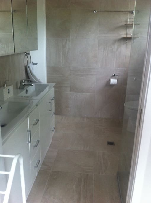 2 way bathroom with double basin. Additional separate toilet