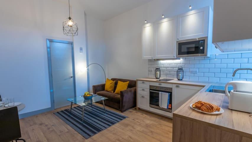 Modern Apartment with Private Entrance near Salford Royal Hospital