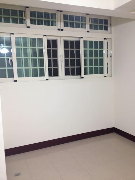 這個家是2013年10月份裝潢好才開始入住,房間是氣密窗
