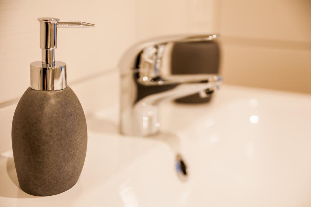 Das moderne Bad mit Dusche lässt keinen Wunsch offen