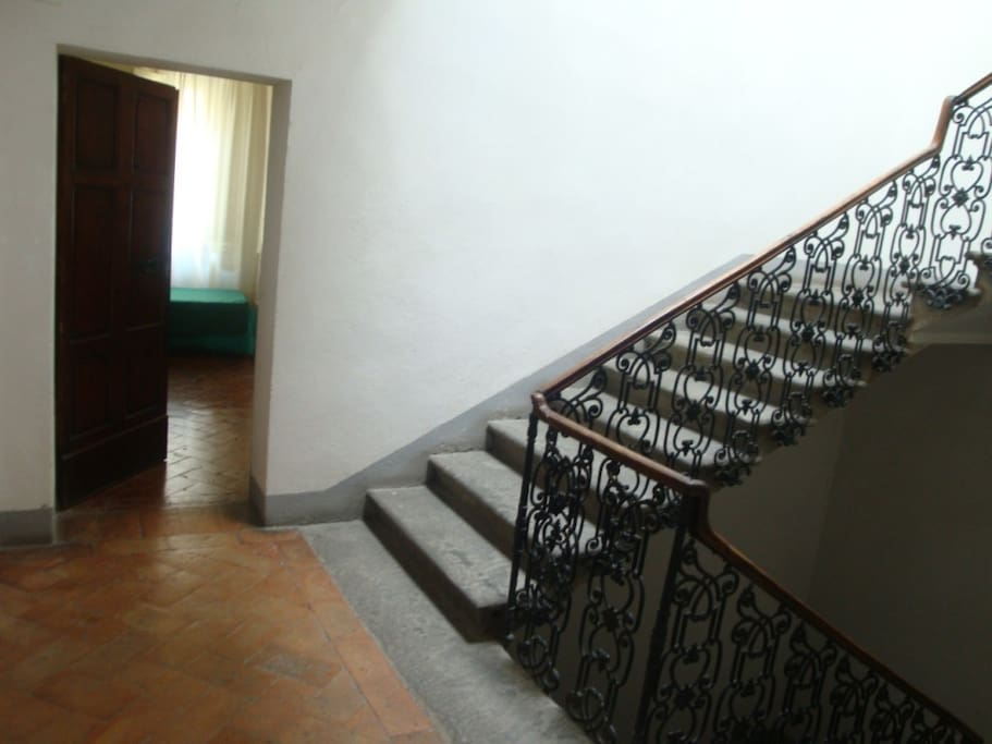 the entrance of the apartment from the  stairs of the building, at the second floor.