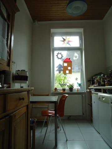 Privates Zimmer in Ffm.- Nordend-  Altbauwohnung