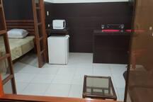 Vista general, se aprecia el dormitorio y el área social. la mampara divisoria que se observa tiene una cortina corrediza.