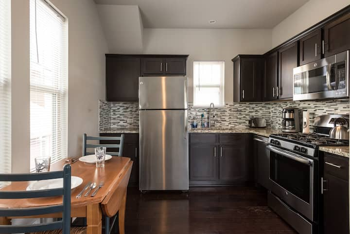 Centrally Located Apartment with Kitchen & Laundry