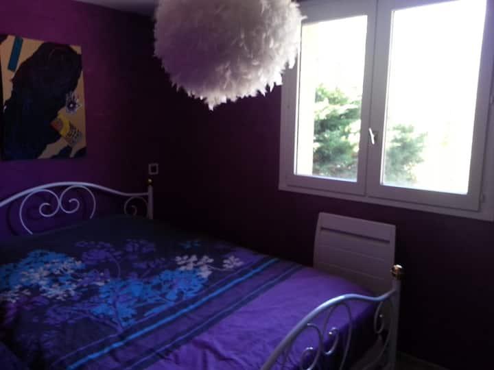 Jolie chambre avec fenêtre dans maison avec jardin