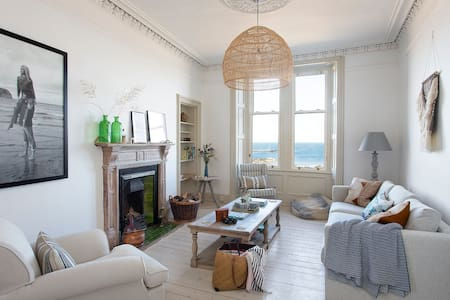 INTO THE BLUE -  Beach front apartment