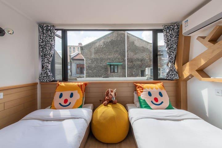 朝南大窗,房间配备2个1.2*2米的标准单人床,可合并;若人数超过2位,可在房间加一个0.7*2米的单人床。