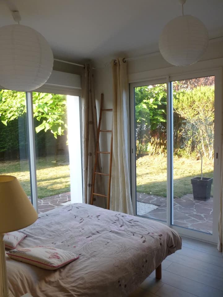 Chambre privée dans maison avec jardin et piscine
