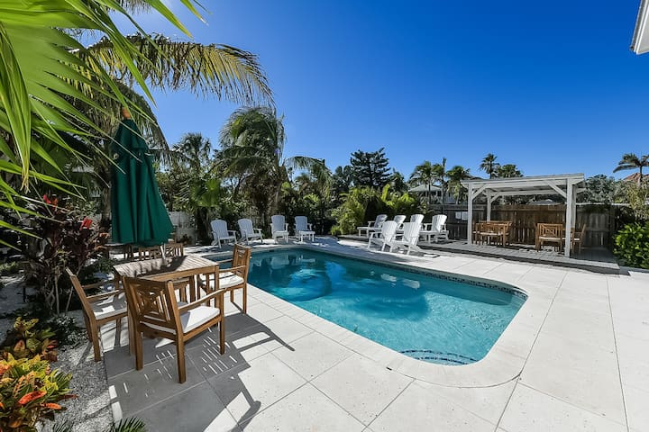 Adorable 1 bedroom condo w/shared pool. Perfect for a romantic couple vacay!