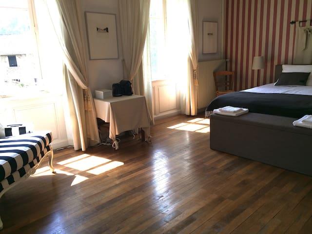 Chambre d'Amis - ruime lichte kamer, huis 14e eeuw - Dore-l'Église