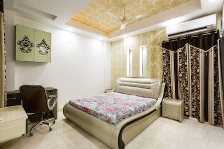 Private Master Bedroom in 4BHK flat - Wohnung