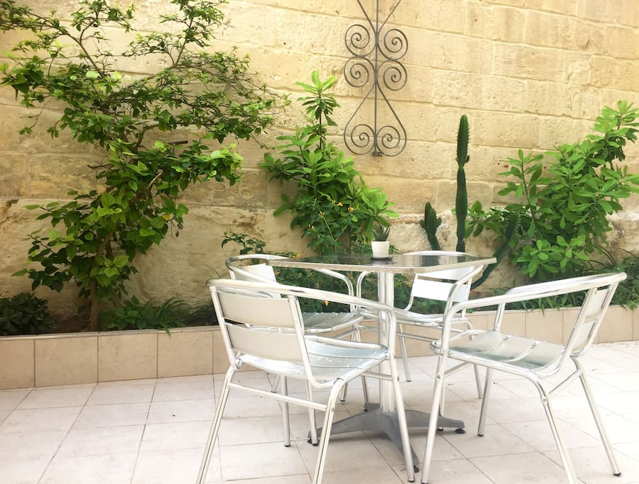 Enjoy the mediterranean sun on the inviting terrace. Relax, you're on holiday - Fleur De Lys Central