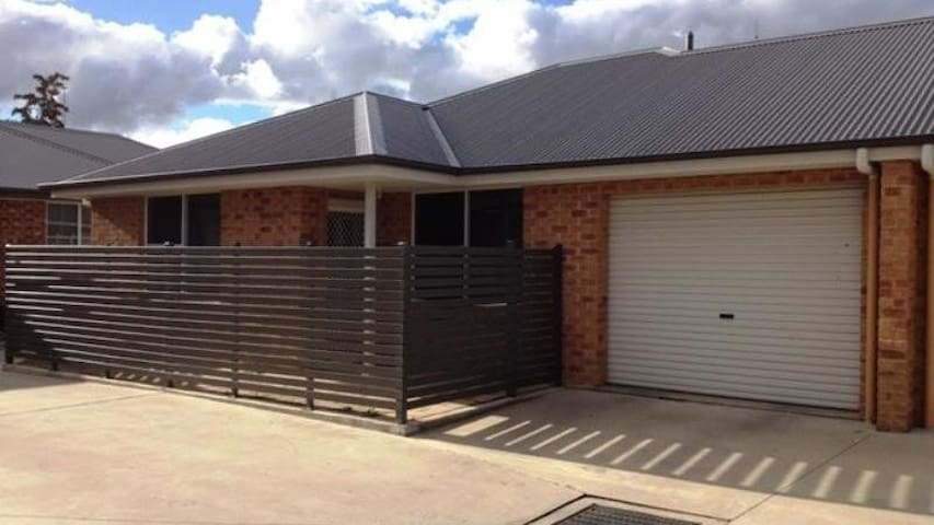 Modern  & close to town and Mt. Panorama!!