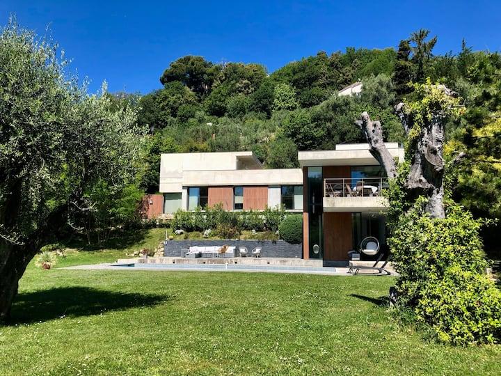 Contemporaine villa with great pool