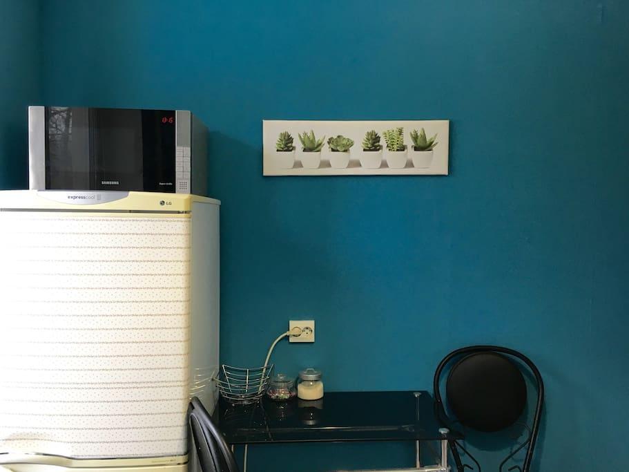 Стол, микроволновая печь, холодильник.