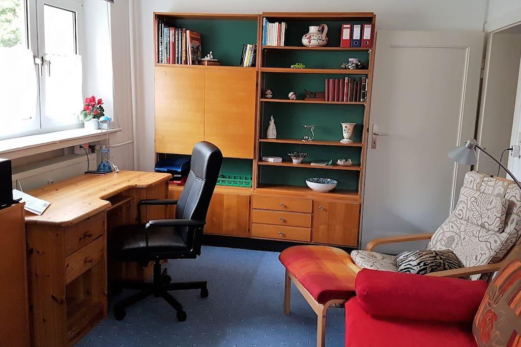 Wohnzimmer mit Arbeitsplatz, Schrank und Regalen - schneller Internet-Zugang per Kabel und W-LAN