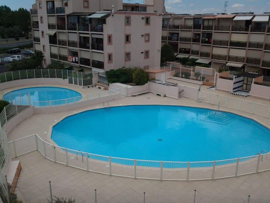 Photo prise du balcon,  Vue sur les deux bassins (Pataugeoire et grand bassin)