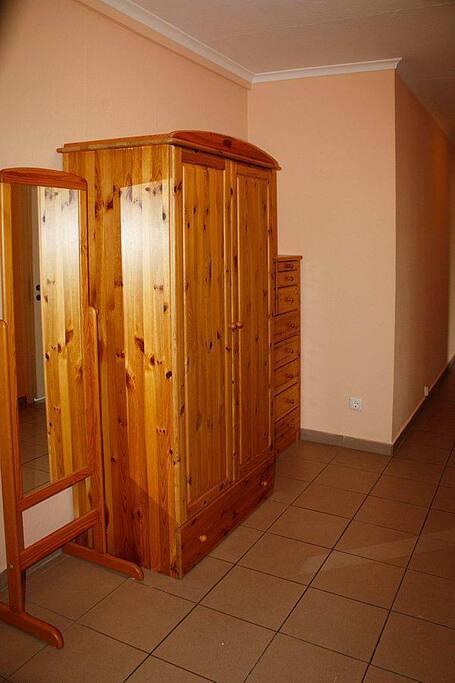 Flur mit Spiegel, Schrank und großer Kommode / corridor with mirror, cupboard and large drawer