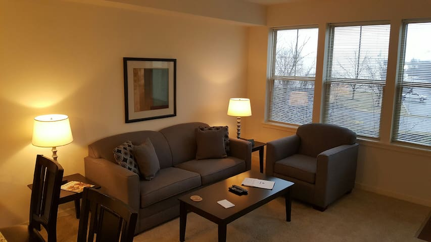Sharp 1BR/1BA in Vernon Hills