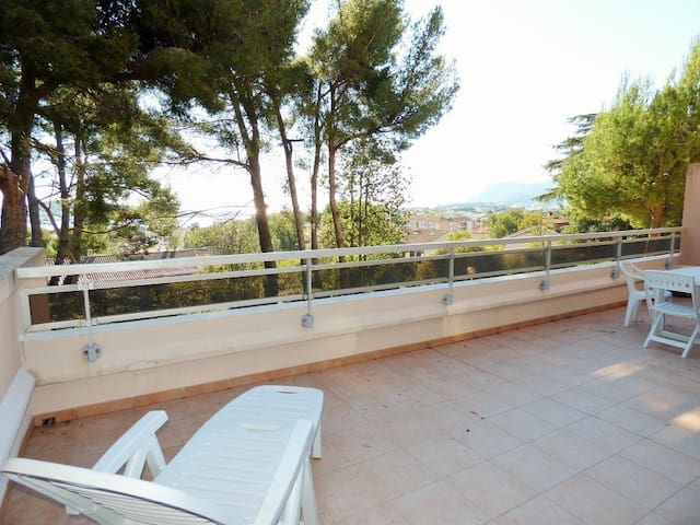 Large terrace of 30 m² with sea view! Private parking.
