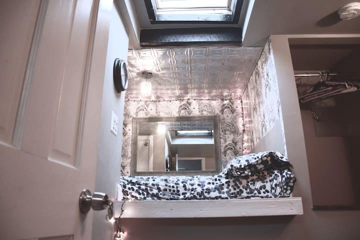 Cozy Brooklyn Room W/ Skylight