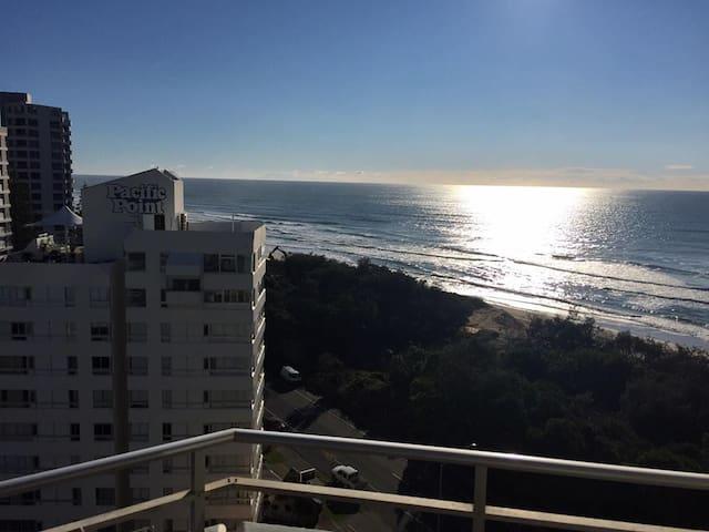 Ocean, City &GC 600 TRACK VIEWS THAT YOU CANT BEAT - Surfers Paradise - Departamento