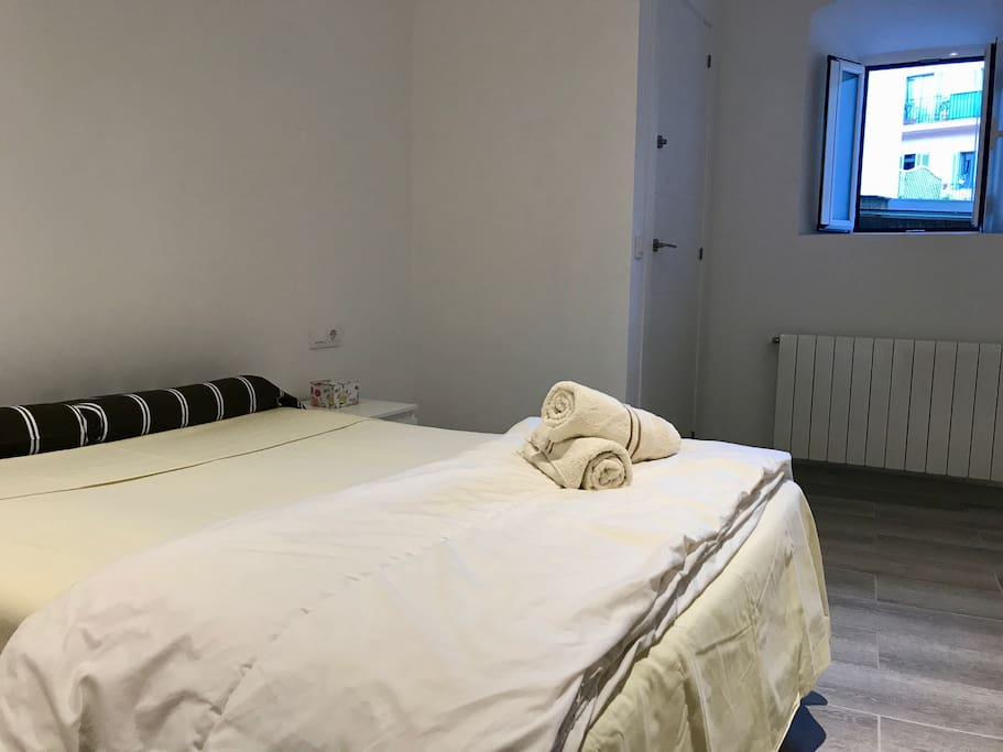 Big Double Room / WIFI / GOOD HEATER / WALK TO RAMBLAS