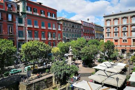 Monolocale su Piazza Bellini nel centro storico