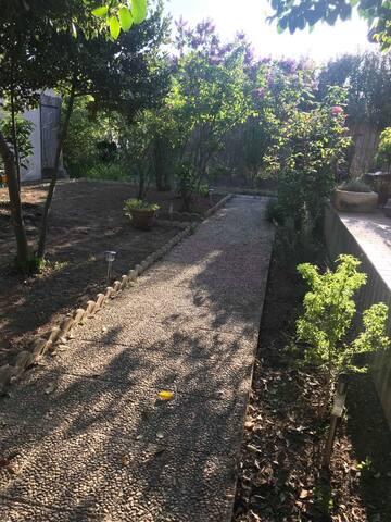 Le jardin calme et arboré - Vue sur les 3 Moulins