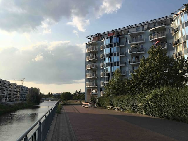 Water view in the city center (am Hauptbahnhof)