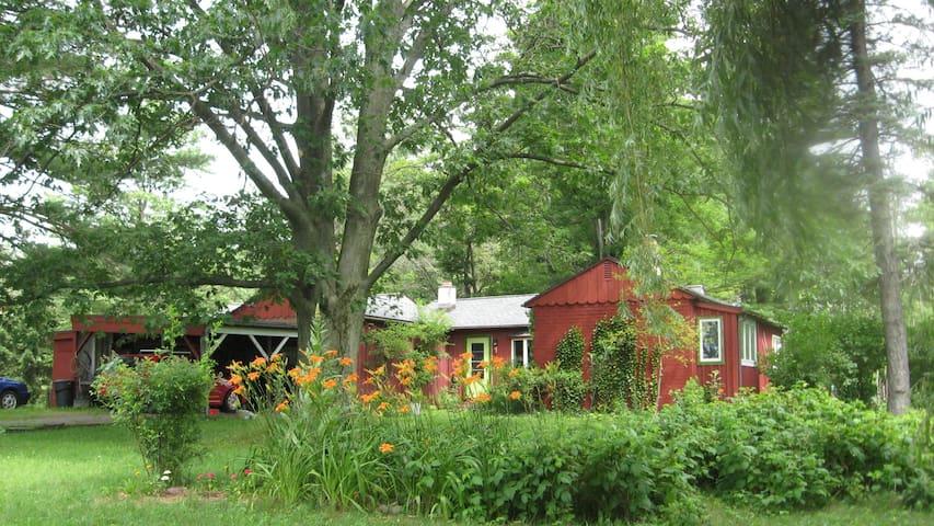 Quiet room overlooks a big backyard - Ithaca - Rumah