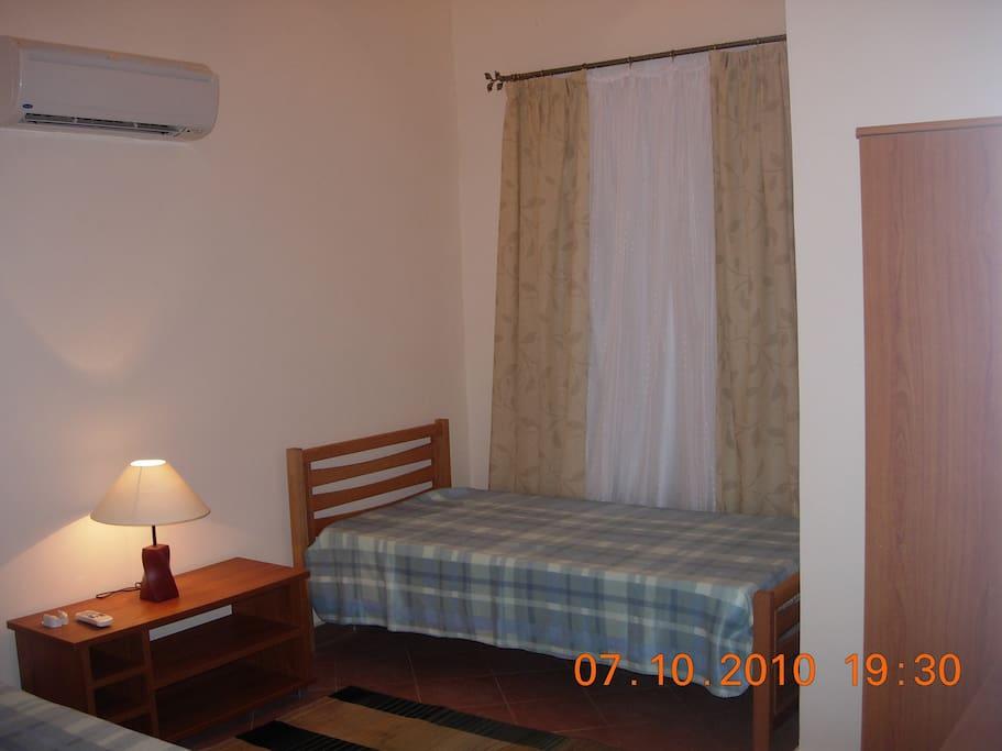 Спальня с 2 кроватями и кондиционером