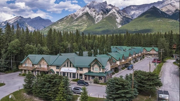 Rocky Mountain Condo close to Canmore/Banff