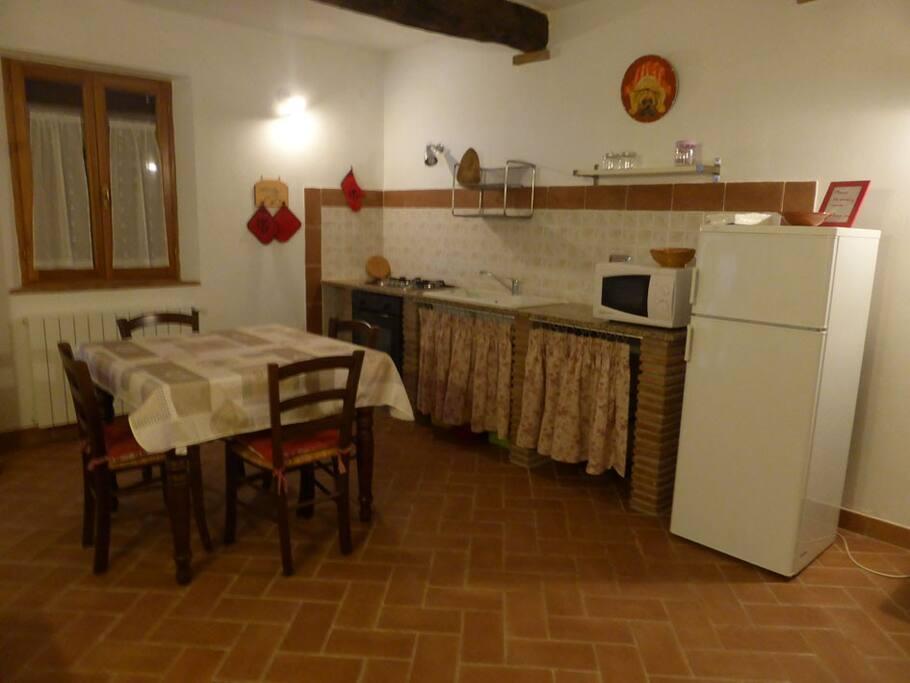Il soggiorno dell'appartamento e l'angolo cottura