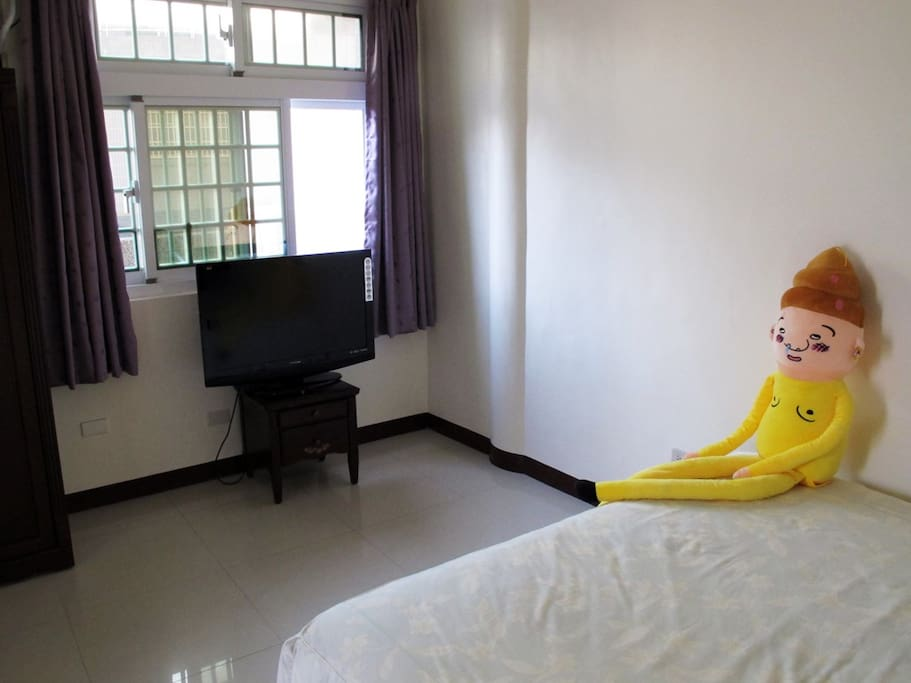 套房,雙人大床,空間明亮。