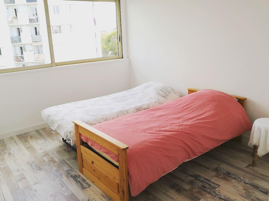 La chambre avec 2 lits individuels, armoire et penderie murale