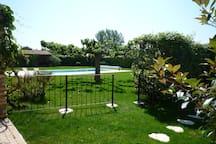 L'accès à la piscine depuis le jardin du Mazet