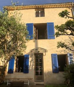 Maison chaleureuse dans une région d'épicuriens.