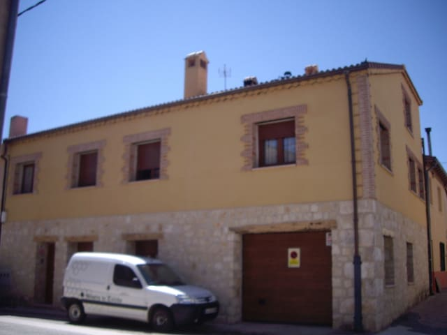 TOWN HOUSE FOR RENT AND APARTMENT - Castillejo de Mesleón - Casa