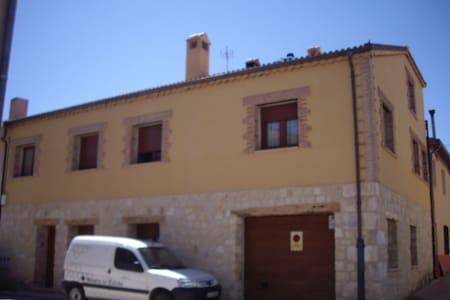 TOWN HOUSE FOR RENT AND APARTMENT - Castillejo de Mesleón - House