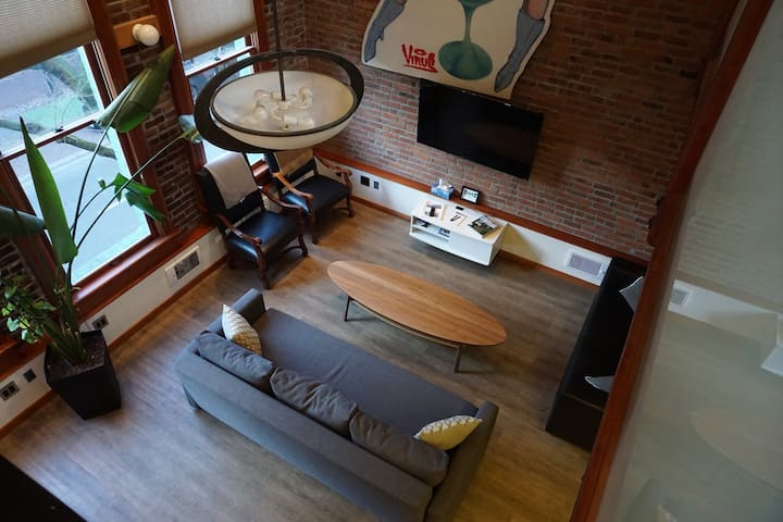 Gorgeous Historic Loft Gastown