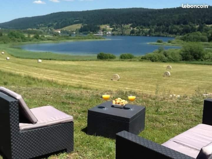 Gîte Jura vue dégagée lac et nature, jacuzzi