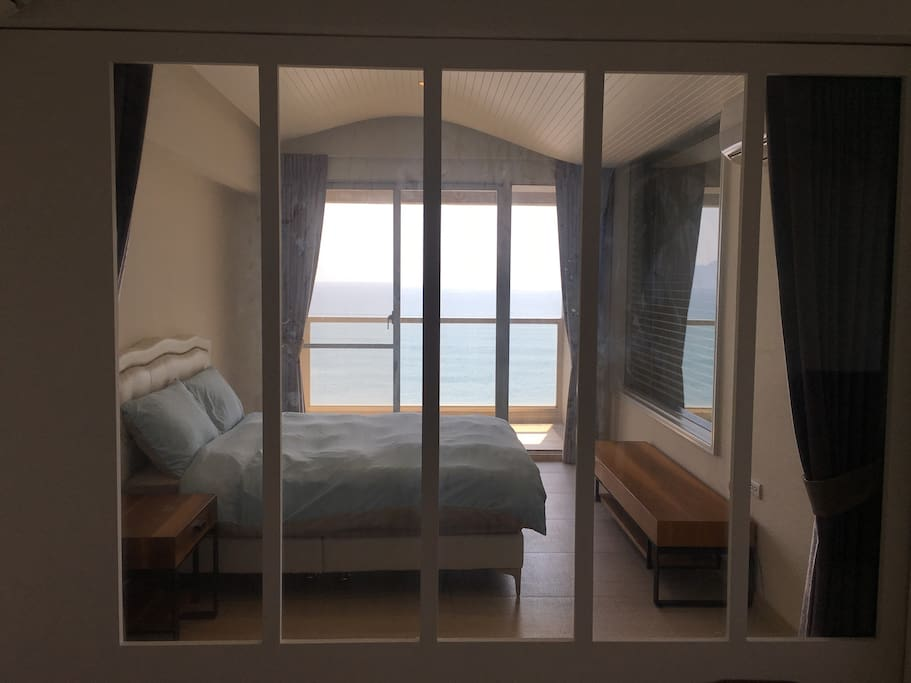 拉滑門+遮光窗簾創造私密空間 Sliding door + curtains provide privacy